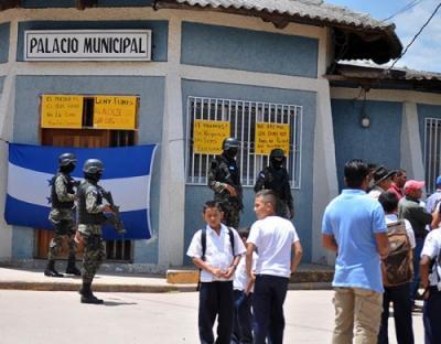 Disputa por alcaldía termina en incendio de sede edilicia en Honduras