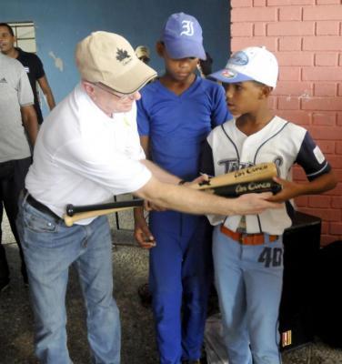 Bates para niños peloteros cubanos de Gerardo Hernández, uno de Los Cinco