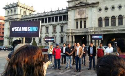 Cuestionan a gobernante de Guatemala por orar en plaza pública