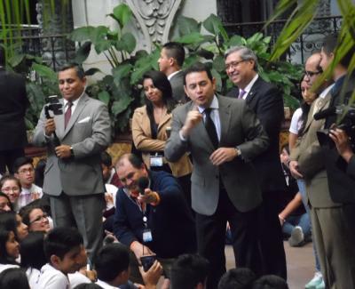 Presidente de Guatemala felicita a los padres pero también a las madres solteras