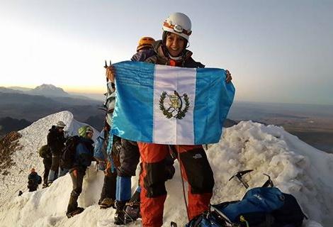 Bandera de Guatemala ondea en cumbre de Huayna Potosí, en Bolivia